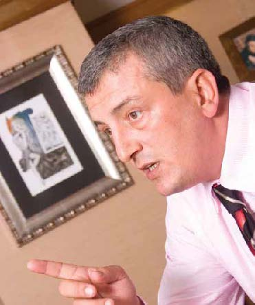 1969 doğumlu İlkay Ersoy İstanbul Üniversitesi İktisat Fakültesi Mezunu. Yaptığı yüksek lisansın ardından1991 yılında başladığı bankacılık kariyerinde şube müdürlüğüne kadar yükselen Ersoy, 2007 yılı Temmuz'undanbu yana Derindere Filo Kiralama'da direktörlük görevini sürdürüyor.